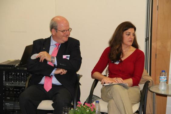 """Carmen Sebastián junto a otro de los ponentes de """"Back to Optimism"""", el psicólogo Juan Cruz. Foto: Isabel García"""