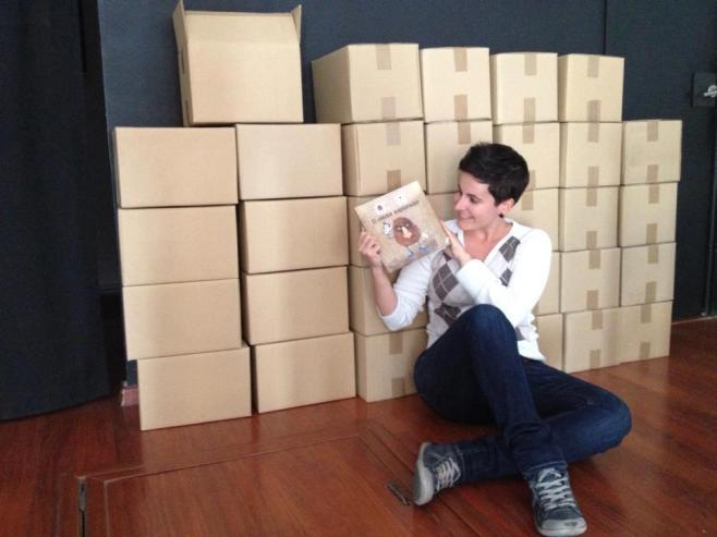 Miriam Reyes rodeada de libros