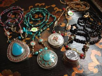 Collares de Asia Central con turquesas, ágatas y onix