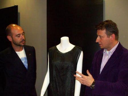Juan Luis atento a las explicaciones de Fernando de Saavedra. Exposición Vísteme de la Alta Costura al Arte. CICA. Mª J