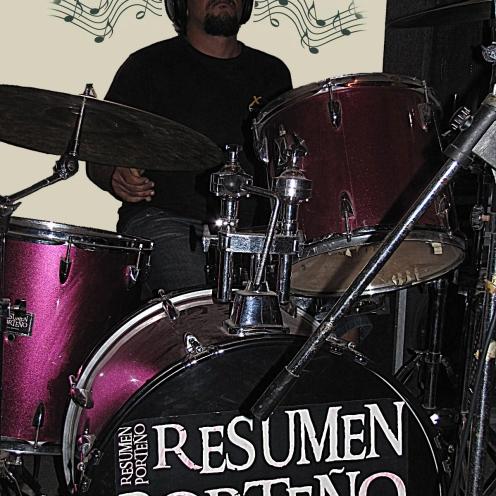 Danny Navoni: batería y voz