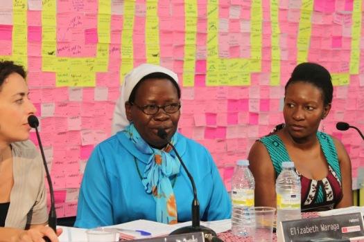 Presentación de Noland, Nicole Ndongala, junta a la refugiada sudanesa la hermana y profesora, Elisabeth Waraga.