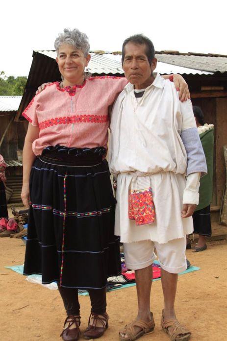 Carmen Rion y el maestro Don Pedro en la sierra de Chiapas