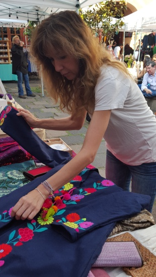 Christine Grek creando a partir de los textiles de Malacate